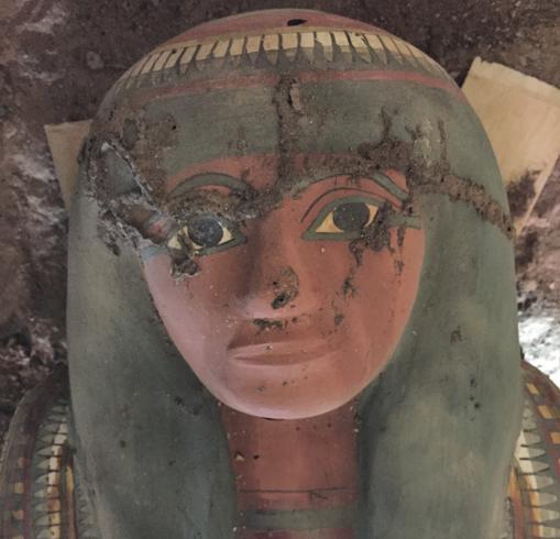 El rostro de Amon Renef, cuya momia protege como una bella cáscara de huevo, este cartonaje