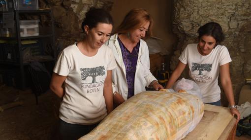 Miriam Seco y su equipo, dispuestas a investigar la momia, una vez protegida
