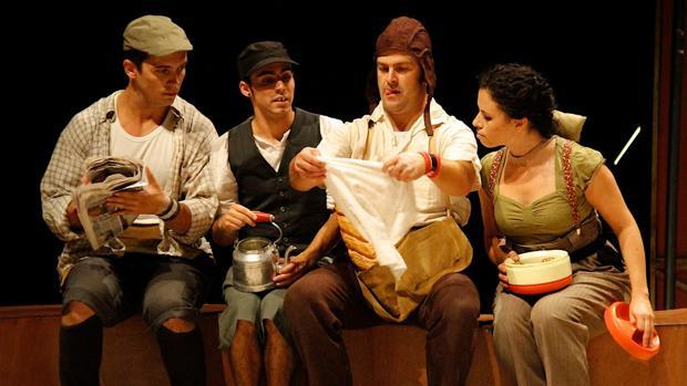 Miguel Ángel Moreno (el tercero por la izquierda), con su compañía, Vaivén Circo