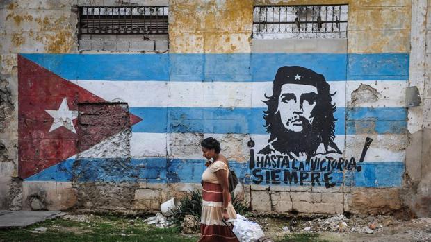 Mural en una calle de La Habana: la efigie de Ernesto Che Guevara pintada sobre la bandera de Cuba