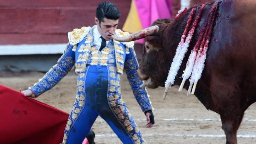 Alejandro Talavante, de rodillas