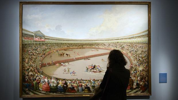 Una mujer contempla el óleo «La plaza partida»