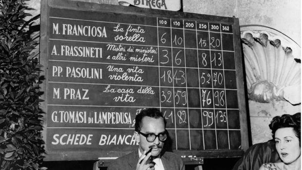 Giangiacomo Feltrinelli durante la entrega de los Premios Strega en 1959, edición que ganó Lampedusa por «El gatopardo»