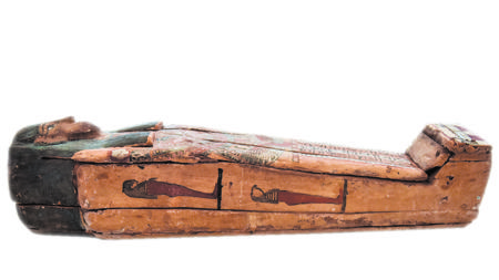 Egipto también ha recuperado un sarcófago completo de madera con un collar dibujado con formas geométricas y vegetales