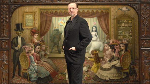 Mark Ryden junto a su obra «The Parlor» en el CAC de Málaga