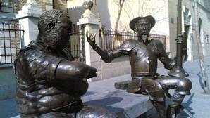 Estatuas frente a la Casa Natal de Miguel de Cervantes en Alcalá de Henares