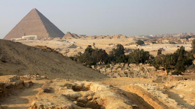 En primer plano, algunas de las tumbas de trabajadores que participaron en la construcción de la pirámide del faraón Keops (al fondo)