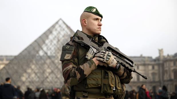 Un soldado galo permanece en guardia ante el museo del Louvre el pasado 30 de diciembre