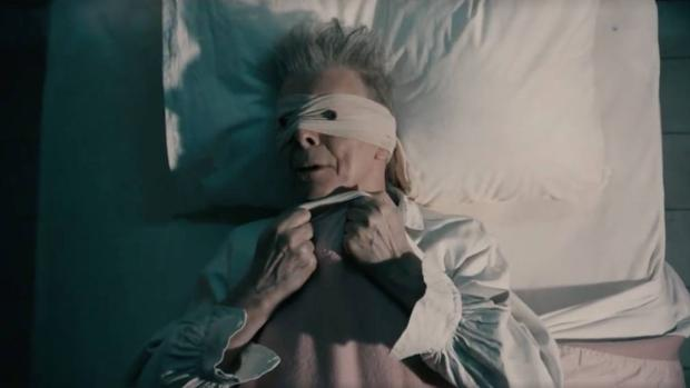 En el vídeo de «Lazarus», Bowie encarna a un enfermo atado que agoniza con los ojos vendados
