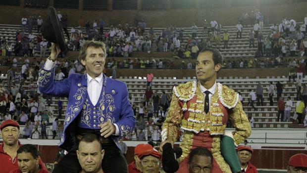 Hermoso de Mendoza y Bolívar se marchan a hombros del coso colombiano