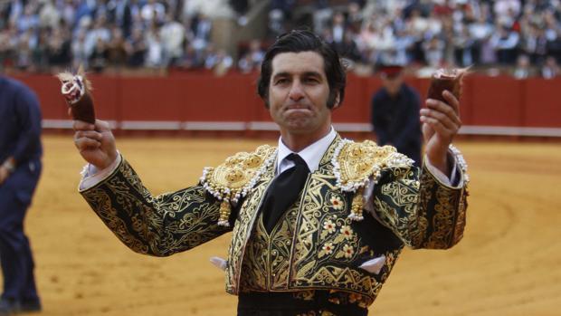 Morante pasea las dos orejas que cortó a su último toro de la Feria de Abril tras una maravillosa obra de arte