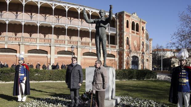 Alfonso Fernández Mañueco posa junto al monumento a Julio Robles tras la ofrenda floral