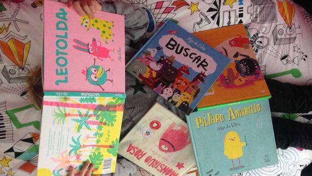 Joven lectora rodeada de libros de Olga de Dios. Imagen vía twitter de Núria Cano (2017)