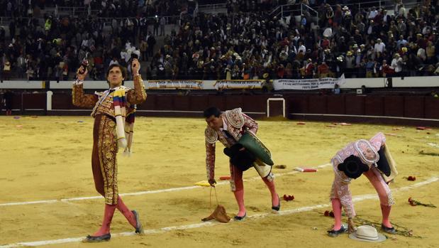 Roca Rey da la vuelta al ruedo con los dos trofeos que cortó al toro «Libertad», con los tendidos repletos