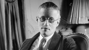 James Joyce, fotografiado en París en 1934