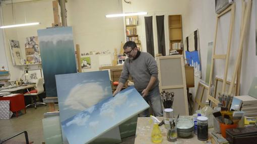 Lanzillotta muestra algunos de sus lienzos en La Nada