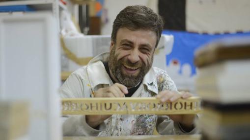José Antonio Reyes trabaja en una obra en su espacio en La Nada