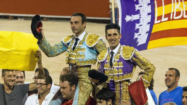Enrique Ponce y Talavante, dos de los tres aspirantes al premio al triunfador, el pasado año a hombros en Palma de Mallorca