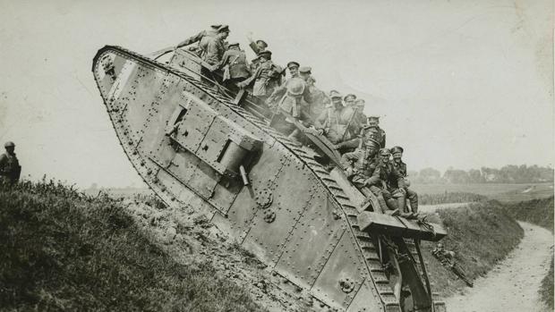 Soldados canadienses en el frente occidental a bordo de un Mark I, el primer carro de combate utilizado en un campo de batalla