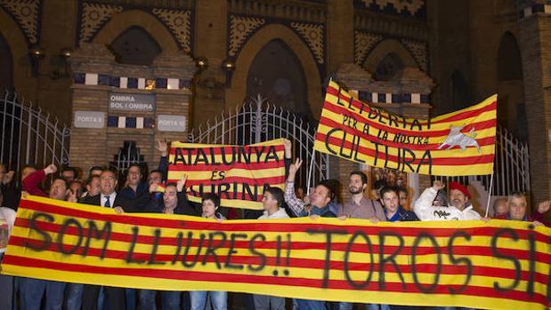 Taurinos se manifiestan en la Plaza Monumental de Barcelona tras la sentencia del Constitucional que tumbó la prohibicón de las corridas de toros