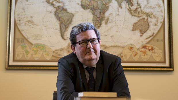 Juan Manuel Bonet, junto al mapamundi de su despacho