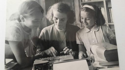 Carmen Laforet, con sus hijas, Cristina y Silvia, en su casa, hacia 1955