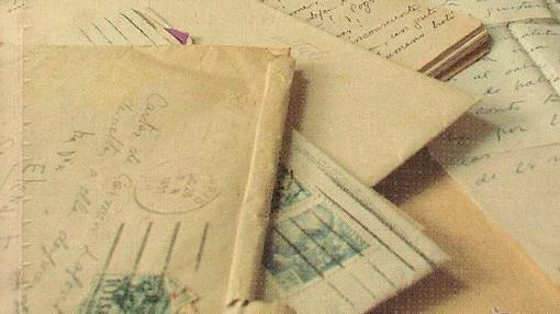 A la izquierda de la imagen, puede verse un sobre con el siguiente título: «Cartas de Carmen Laforet, para entregarle a ella después de mi muerte». Fue la pista que llevó a la hija de la escritora hasta las cartas que su madre nevió a Elena Fortún