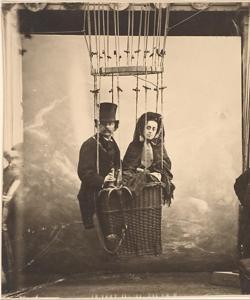 Fotografía del pionero Gaspar Félix «Nadar» junto a su esposa en un globo aerostático