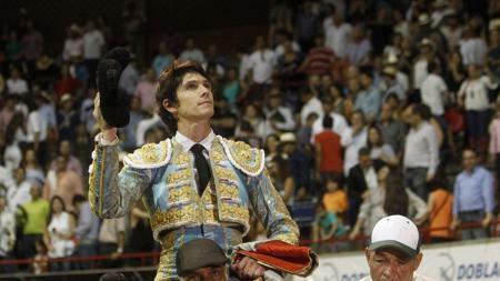 Castella sale a hombros del coso colombiano
