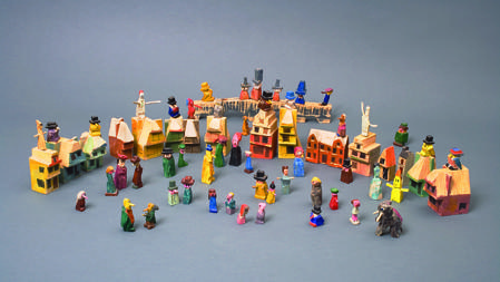 «Sin título» (La ciudad en los confines del mundo), 1925-1955. Conjunto de 68 piezas. Madera tallada y pintada