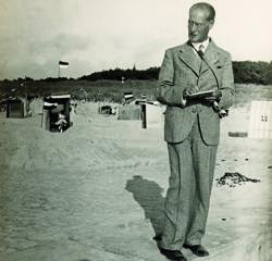 Lyonel Feininger dibujando en la playa, retratado por su hijo Lux