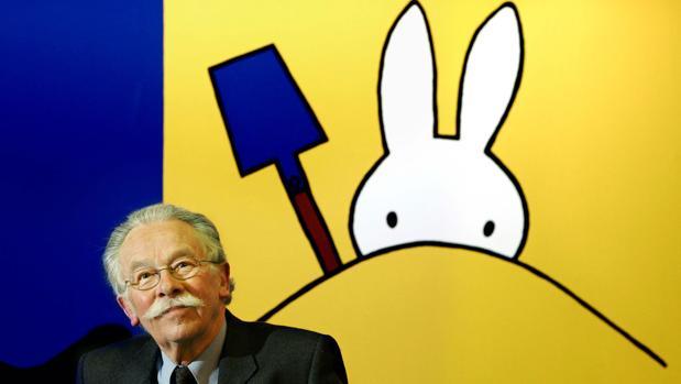 Dick Bruna, delante de su famosa conejita Miffy, en una imagen tomada en 2005