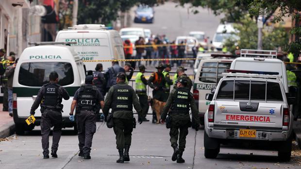 Miembros de la Policía de Colombia regisran el lugar donde se produjo la explosión en Bogotá
