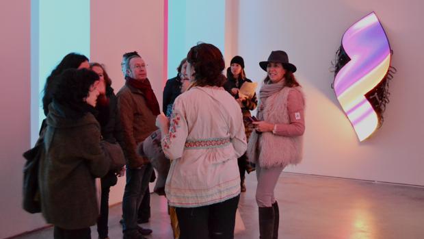 Un grupo visitando la exposición «Echo», en la galería Max Estrella