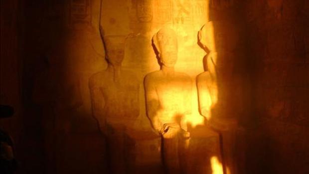 Los días 22 de febrero y 22 de octubre de cada año un rayo de luz ilumina la estatua de Ramsés II en Abu Simbel