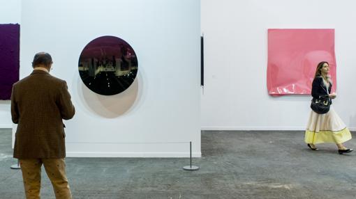Obras de Anish Kapoor (a la izquierda) y Ángela de la Cruz, en el estand de la galería Lisson