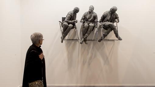 «Una mujer contempla «Three Laughing at One», de Juan Muñoz, en Elvira González. Su precio: 1.550.000 euros