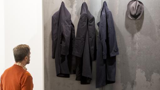 Un hombre admira una obra de Jannis Kounellis, recientemente fallecido