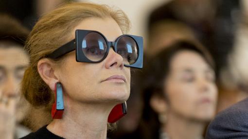 Elena Ochoa no se quitó ayer estas vistosas gafas. Ni siquiera para oír a su marido, Norman Foster, que pronunció una conferencia sobre arte