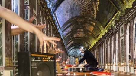 Performance de Albert Pla en el estand de la galería Barro de Argentina