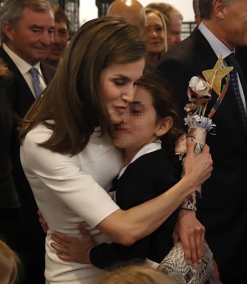 La Reina abraza a la niña que le ha regalado una flor en ARCO