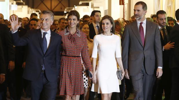 Don Felipe y Doña Leticia, junto con Mauricio Macri y Juliana Awada en ARCO