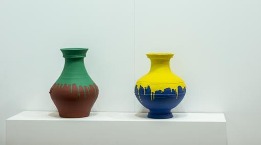 «Colored vases», de Ai Weiwei. El artista chino roció con pintura industrial estos vasos de la dinastía Han