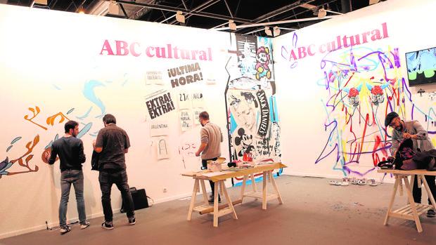 Algunos artistas trabajando en el estand de ABC en ARCO