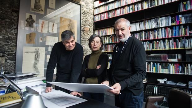 Los arquitectos premiados, esta mañana en su estudio de Olot (Gerona)