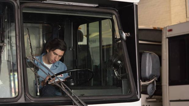Adam Driver interpreta a un conductor de autobús y poeta inédito en «Paterson»