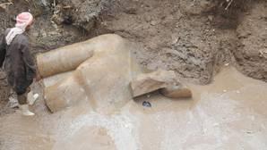 Egipto recupera del fango dos grandes estatuas de la época ramésida
