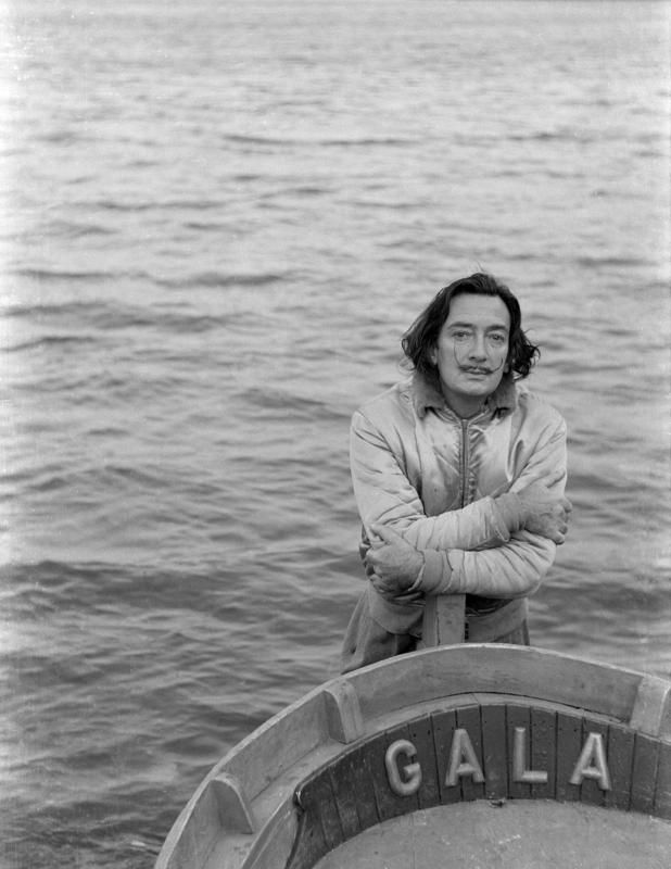 Dalí, detras de la barca «Gala» en 1951