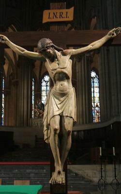Cristo Crucificado frente al altar mayor de la Catedral Nueva de Vitoria