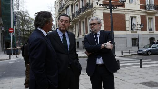 José Manuel Entrecanales, Miguel Zugaza y Miguel Falomir, ayer a las puertas del Salón de Reinos